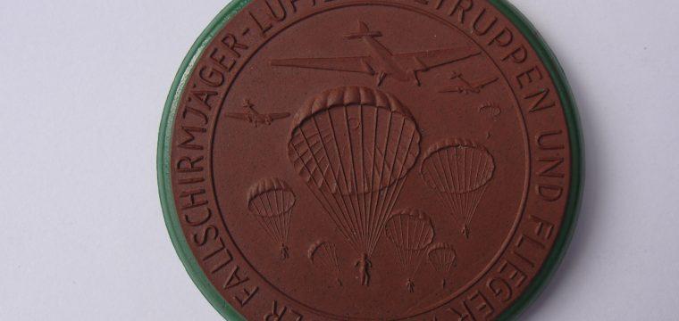 Porseleinen meissen medaille Einnahme von Kreta – bruine uitvoering met groene rand