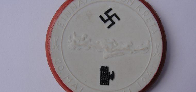 Porseleinen meissen medaille Einnahme von Kreta – witte uitvoering met rood/bruine rand