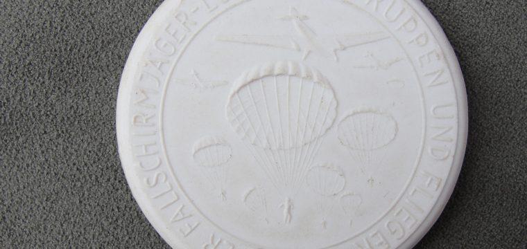 Porseleinen meissen medaille Einnahme von Kreta – witte uitvoering