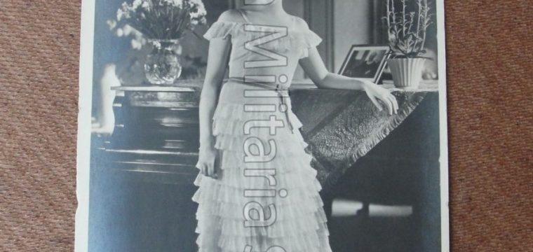 Postkaart van poserende vrouw, Lien Deyers, Atelier Wa – Kie, Berlin pho.