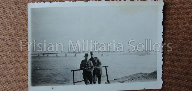 Kleinbeeld foto van 2 WH soldaten poseren bij de kust