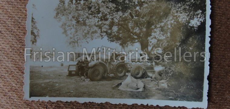 Kleinbeeld foto van kapotgeschoten voertuigen
