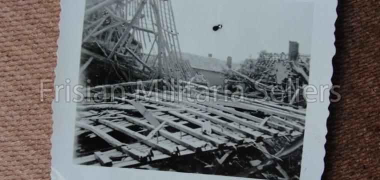 2 kleinbeeld foto's van kapotgeschoten huizen