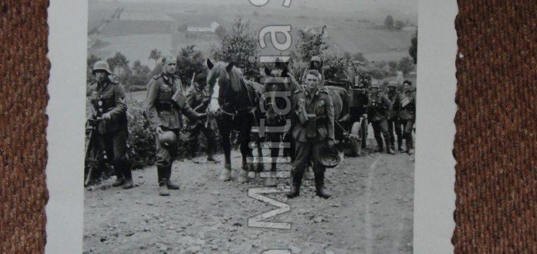 Kleinbeeld foto met WH soldaten en paarden